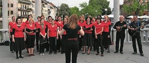 Članice ženskega pevskega zbora Kombinat  pripravljajo drugo izdajo festivala samoorganiziranih zborov Vsi v en glas!