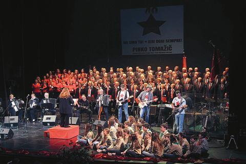 Tržaški partizanski pevski zbor Pinko Tomažič z gosti je navdušil razprodano dvorano Slovenskega stalnega gledališča v Trstu
