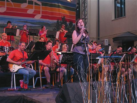 Jazz Punt Big Band s pevko Tanjo Sedmak iz Tolmina