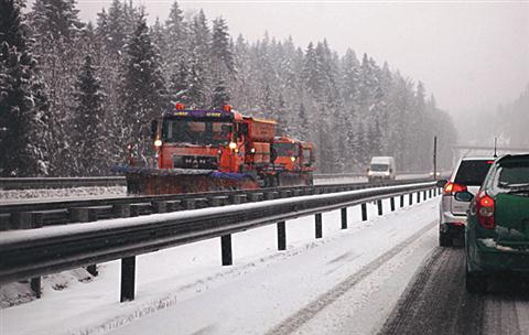 Zaradi prometnih nesreč je oviran promet na nekaterih delih primorske avtoceste