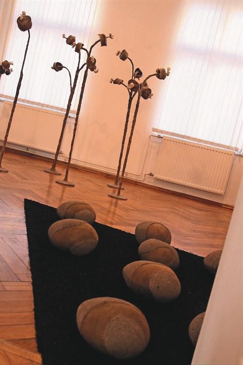 Razstava v galeriji ZDSLU: v ospredju delo Nike Šimac, v ozadju skulpture  Anje Kranjc