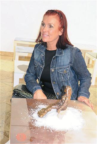 Miranda Rumina, avtorica instalacije Morje. Umetniško obogatene Ikeine klubske mizice  bodo  v Pretorski palači v Kopru na ogled do konca meseca.