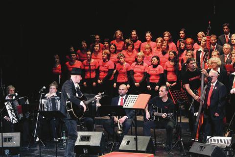 Vlado Kreslin je z zboroma Piinko Tomažič in Kombinat zapel dve pesmi - To ni političen song in Bella ciao