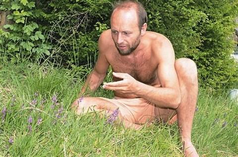 Nara Petrovič pravi, da njegova  stopala berejo teren in zbirajo utrinke, ki se mu zapišejo v spomin
