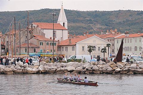 Veslaške regate v starih lesenih čolnih se je udeležilo 120 veslačev