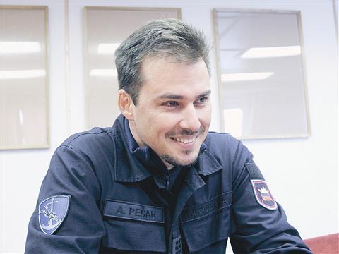 Poročnik fregate Andrej Pečar je prepričan, da na morju največ štejeta  zaupanje in tovarištvo. Brez dobre posadke tudi trda poveljniška roka nima pravega učinka.