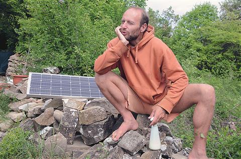 """""""Najbolj pogrešam elektriko pozimi,"""" priznava Nara Petrovič. Sončni kolektor  vsaj od pomladi do zime  poskrbi, da ima dovolj elektrike za računalnik in kakšno brlečo žarnico."""