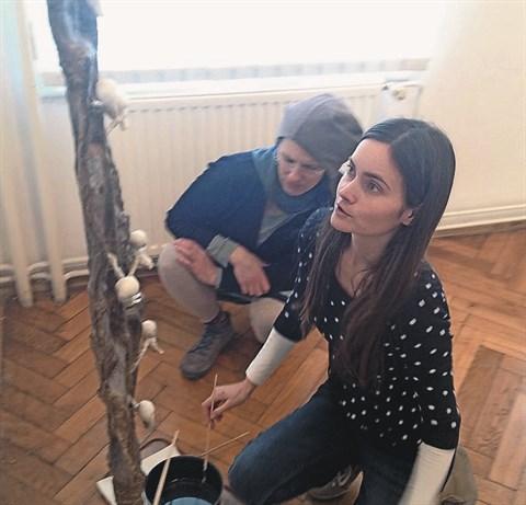 Ana Kranjc pri postavitvi kiparskih del v galeriji ZDSLU v Ljubljani