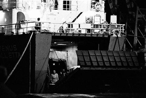 Ciprski  trajekt Venus je dvignil  rampo na krmi in jugoslovanska armada je dokončno odplula iz koprskega pristanišča