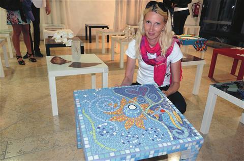 Majda Šumnik je svojo   mizico odela v steklo in  keramiko