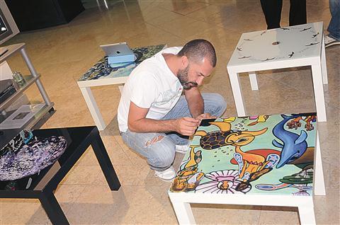 """S svojim partnerjem, glasbenikom in slikarjem Dalajem Eegolom, je Miranda Rumina ustvarila kar nekaj skupnih projektov. Eegol je opremil tudi nekaj """"morskih"""" mizic."""