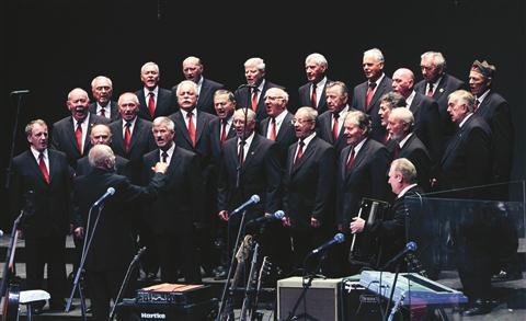 Partizanski pevski zbor Ljubljana pod vodstvom dirigenta Franca Gornika