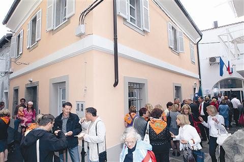 Dolga leta propadajoča stavba v Kolarski ulici je postala zatočišče za otroke in mladostnike v stiski. V enem delu pritličja je dnevni center, v drugem pa igralnica vrtca.