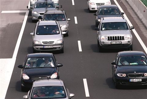 Vlada je  podražila cestno takso. Podražitev bo začela veljati 1. novembra, najbolj pa bo prizadela lastnike luksuznih vozil.
