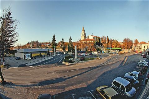 Na osrednjem komenskem trgu so zdaj glavne ceste, parkirani avtomobili in bencinska črpalka