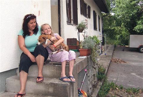 Amedea Velikonja  z mamo Zvonko Drobež na  pragu svojega doma na Plavjah