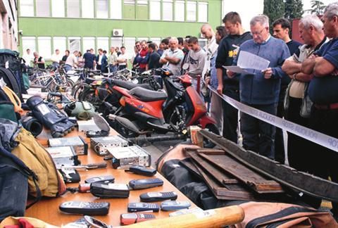 Na dražbi v Šempetru pri Gorici bo 39 predmetov. Fotografija je s koprske policijske dražbe leta 2006.