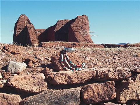 Ruševine misionarske cerkve, narejene iz adobe opeke, Pecos National Monument. V ospredju nakit Indijancev Pueblo.