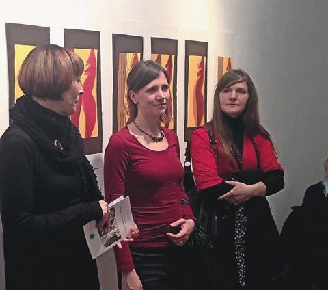 Nataša Kovšca, Tea Curk Sorta in Nika Šimac na odprtju razstave v galeriji ZDSLU v Ljubljani