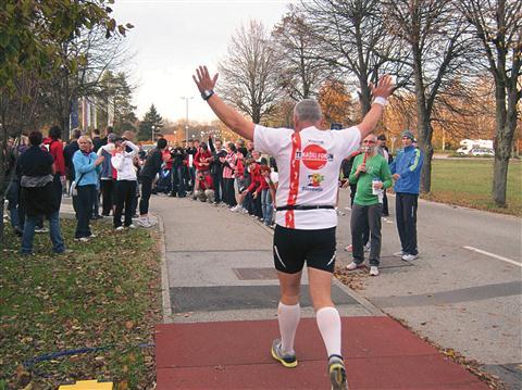 """Rajko Koražija, štajerski ultramaratonski guru, je pretekel 45 kilometrov, na cilju pa so ga, tako kot vse druge, pozdravili s španskim valom (""""ola"""")"""