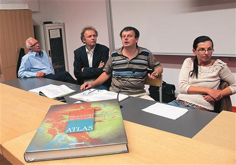 Na koprski Fakulteti za humanistične študije so atlas predstavili (z leve) direktor založbe Nova revija Tomaž Zalaznik, arheolog in zgodovinar  Tomaž Nabergoj, zgodovinar Aleš Gabrič in kartografinja Mateja Rihtaršič