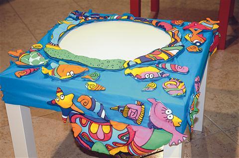V morska bitja oblečena  mizica Katarine Štokar