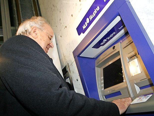 V prvih minutah 1. januarja 2007 je na bankomatu prvi dvignil evre takratni finančni minister  Andrej Bajuk.