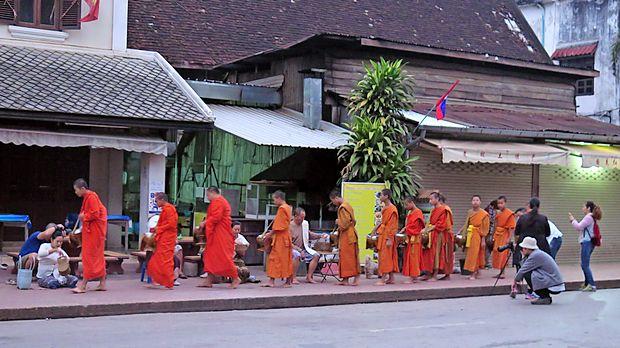 Tak bat je zaščitni znak mesta Luang Prabang, a veliko  obiskovalcev ne spoštuje pravil.