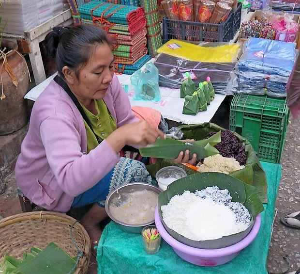 Na tržnici hrano zavijejo kar v liste bananovca.