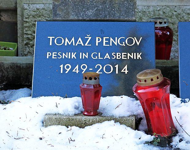 Za prvo veliko kantavtorsko ploščo  v Jugoslaviji veljajo Odpotovanja, ki jih je leta 1973 posnel Tomaž Pengov. A nagrobnik na ljubljanskih Žalah pravi, da tam počiva pesnik in glasbenik, ne kantavtor.