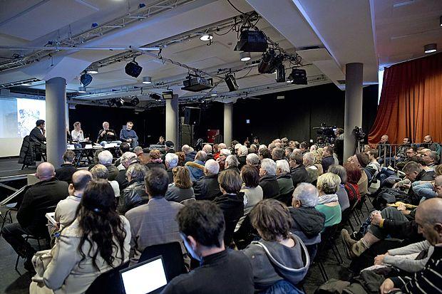 Predstavitev knjige Prevarana Slovenije Mateja Šurca je  pritegnila veliko poslušalcev.