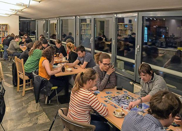 Za neomejen čas uporabe namiznih iger obiskovalci plačajo dva evra na osebo.