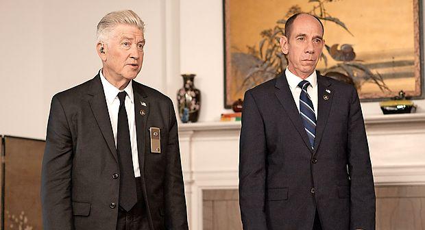 David Lynch (levo) v Twin Peaksu igra naglušnega šefa Dalea Cooperja.
