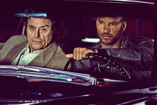 Ian McShane (levo) je z vlogo gospoda Wednesdayja najbolj  opozoril nase.