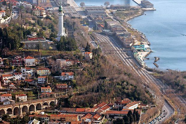 Del 160 let starega viadukta JŽ v Barkovljah pred Trstom, po katerem še danes v in iz pristanišča letno pelje  približno 8000 vlakov.
