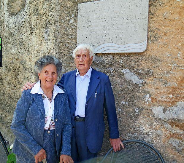 Vesna Kosmač Zahar in Jordan Zahar pred spominsko ploščo konstruktorju v Kosoveljah na Krasu.
