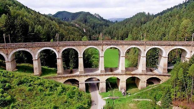 Odsek JŽ pri gorovju Semmering - trd oreh, v katerega je mojstrsko zagrizel veliki inženir Carl von Ghega. Danes  je ta odsek pod Unescovo zaščito. Do leta 2026 pa bodo Avstrijci zgradili novo progo skozi  Semmering, staro pa  z dvema milijonoma evrov letno vzdrževali v turistične namene. Ob progi vodi tudi znamenita romarska pot.