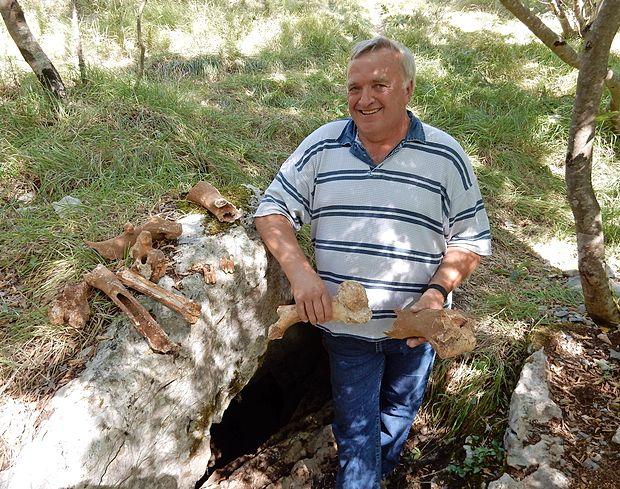 Ludvik Husu pred novo odkrito Brgevčevo jamo.