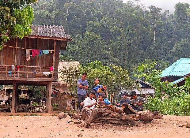 Med obiskom vasi v džungli lahko turisti spoznajo navade in  običaje ljudi.