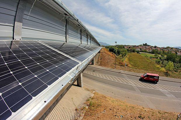 Dosedanji sistem subvencioniranja energije, proizvedene iz obnovljivih virov, je vzpodbujal predvsem  naložbe v sončne elektrarne na javnih stavbah in infrastrukturi. Na fotografiji fotovoltaični paneli na ograji hitre  ceste pri Vrtojbi, postavljeni s pomočjo tako imenovanega Švicarskega prispevka.