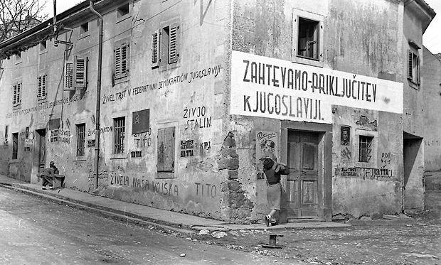 Napisi, ki jih je na starih fasadah mogoče opaziti še danes,   so  imeli namen zaveznike prepričati v slovenski značaj prostora.
