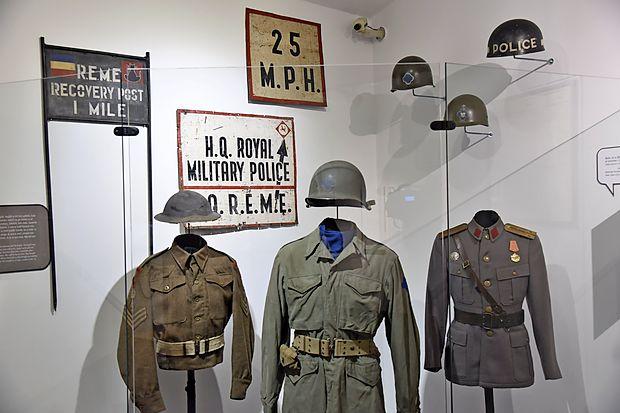 Po vzpostaviti zavezniške uprave so v cono A prišli pripadniki  različnih zavezniških enot.
