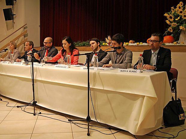 Na razpravi so sodelovali (z leve): Tanja Strniša, Igor Šoltes,  Aleš Kuhar, Patricija Šulin, Marko Balažic, Luka Mesec in Alen  A. Klarić.