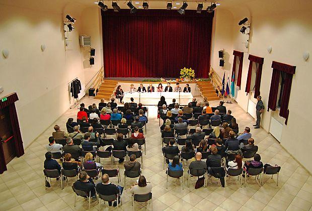 Razprava o zahtevni temi je, presenetljivo, napolnila kulturni dom v Šempasu. Občinstvo se je s sedmimi razpravljalci za mizo ob koncu zapletlo v  živahno izmenjavo mnenj.