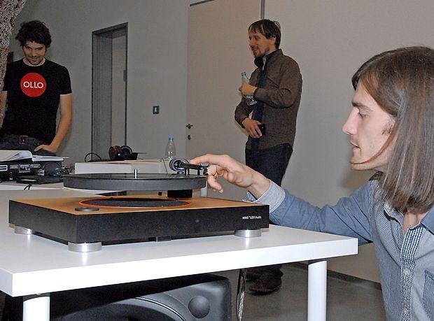 Član ekipe MAG-LEV Audio Sebastjan Smrtnik kaže, kako deluje gramofon.