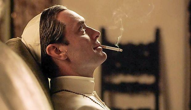 Nepredvidljivi izmišljeni papež Pij XIII. najraje meditira s  cigareto v ustih in pije češnjevo kokakolo.