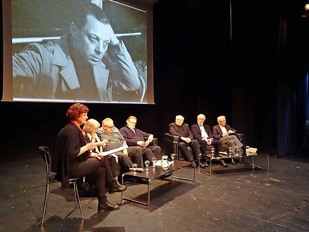 O Jožetu Babiču so se v novogoriškem gledališču pogovarjali: (z desne) Tone Peršak, Janez Povše, Sergij Peljhan, Dušan Mlakar, Dušan Jovanovič,  Tea Glažar in dramaturginja Matija Mrhar, ki je vodila pogovor.