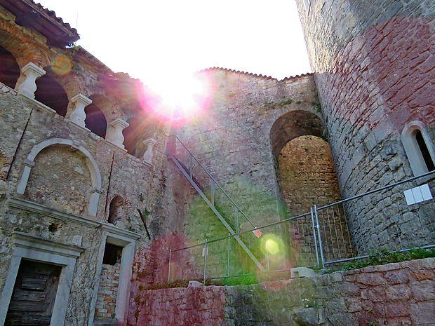 Z notranjega dvorišča, v preteklosti osrednjega grajskega  prostora, se odpre pot na del obzidja in na stolp.