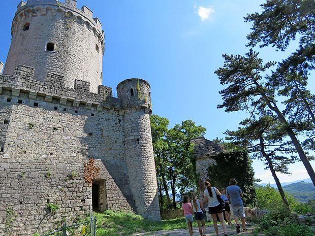 Sprehod pelje med ostalinami gradu in edinstvenim naravnim okoljem.