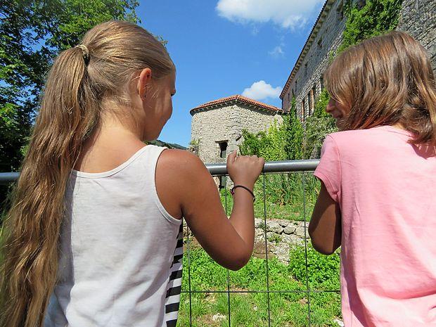 Z ograjami, držali in urejenimi pohodnimi površinami so  poskrbeli, da je grajski kompleks za obiskovalce dostopen in  varen.